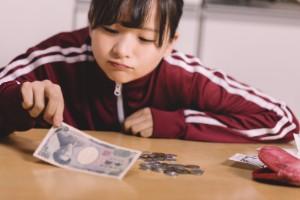学生の引越し費用を計算する女性