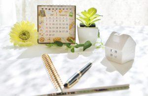 家の建て替えスケジュールを書いたカレンダー