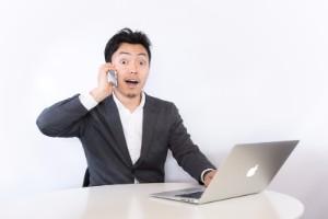 引越し価格ガイドの評判を調べる男性